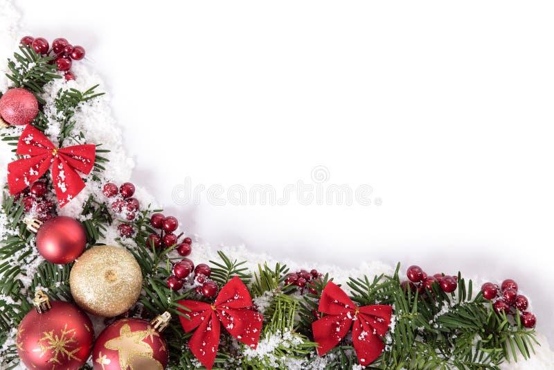 Weihnachtsdekorationen bringen Grenzrahmen mit weißem Kopienraum in Verlegenheit stockbilder