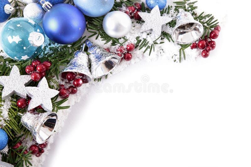 Weihnachtsdekorationen bringen Grenzrahmen mit weißem Kopienraum in Verlegenheit stockfotografie