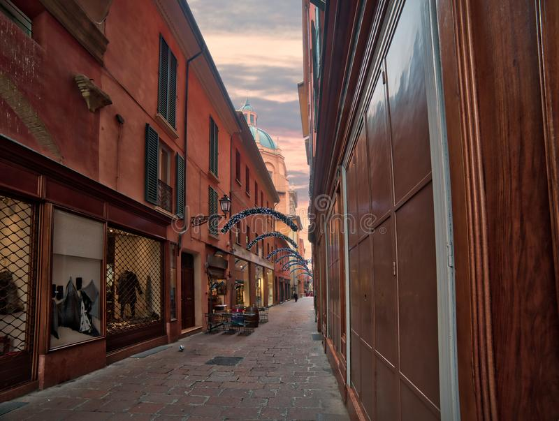 Weihnachtsdekorationen in der alten Stadt von Bologna stockfotografie