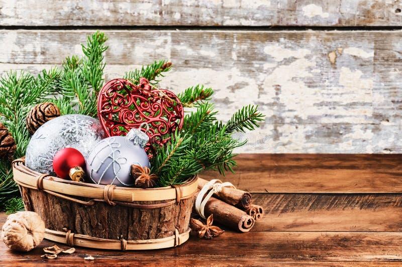 Weihnachtsdekorationen in der Weinleseart lizenzfreie stockbilder