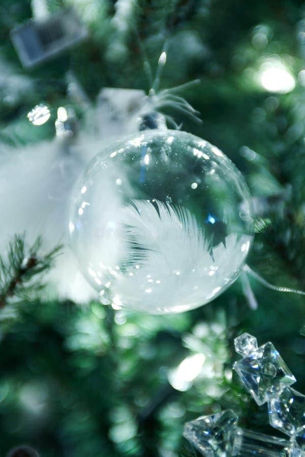 Weihnachtsdekorationen, die im grünen Weihnachtsbaum hängen stockbild