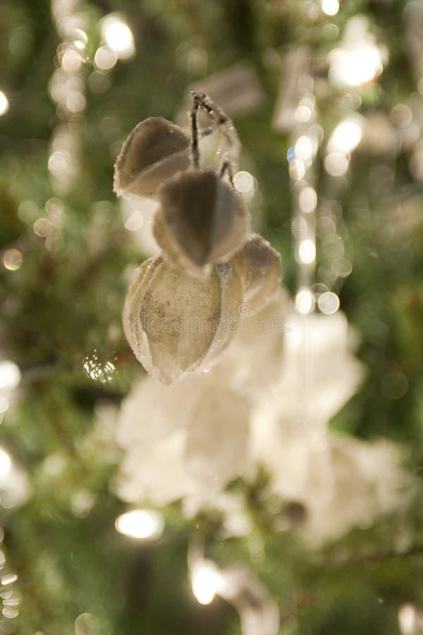 Weihnachtsdekorationen, die im grünen Weihnachtsbaum hängen lizenzfreie stockfotografie