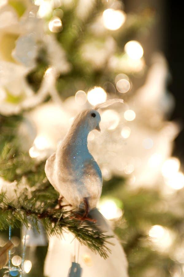 Weihnachtsdekorationen, die im grünen Weihnachtsbaum hängen stockfotos