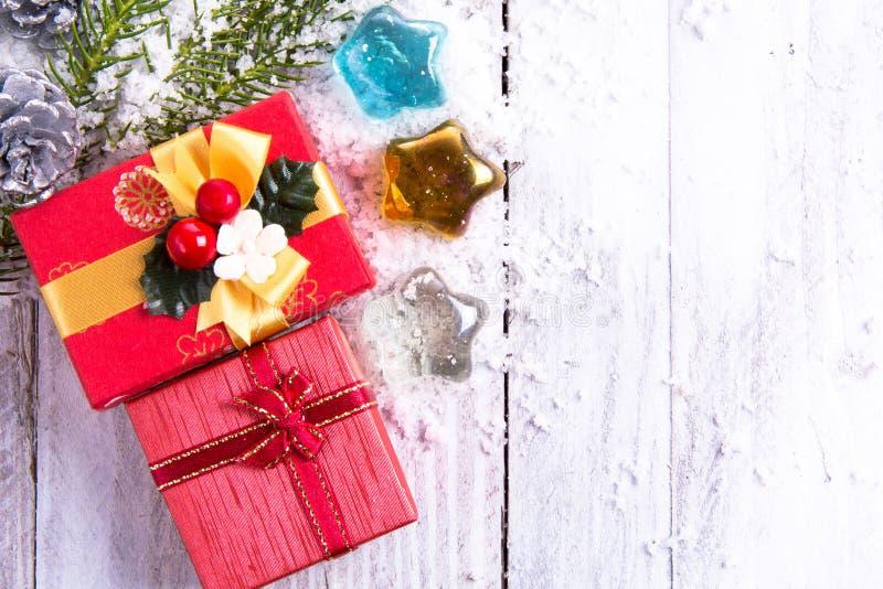 Weihnachtsdekorationen - Geschenkbox, Kiefernkegel und grüne Niederlassung an lizenzfreies stockfoto