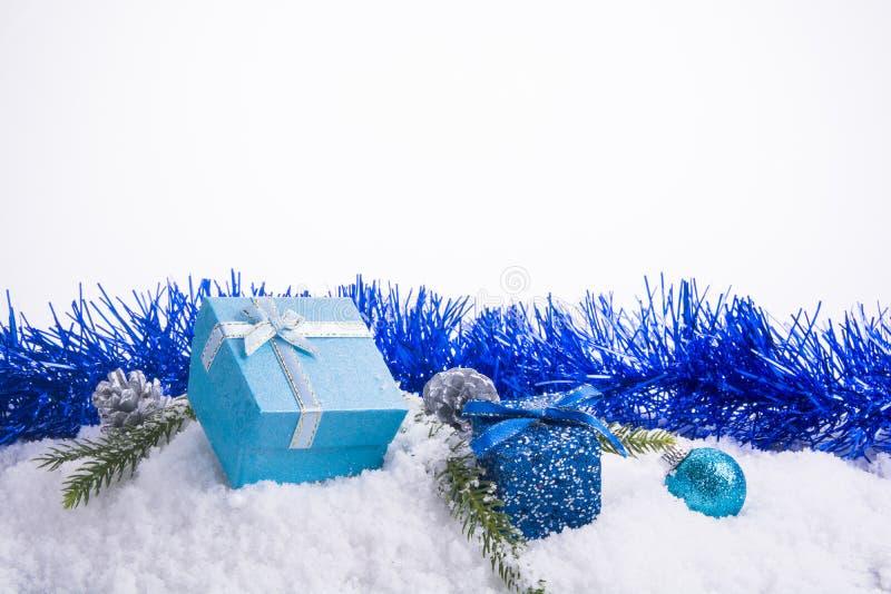Weihnachtsdekorationen - Geschenkboxbälle, Kiefernkegel und grüner BH stockbilder