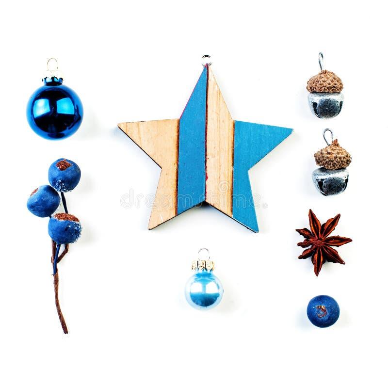 Weihnachtsdekorationen getrennt auf wei?em Hintergrund Hölzerner Stern, blaue Beeren, Flitter auf weißem Hintergrund stockfotos