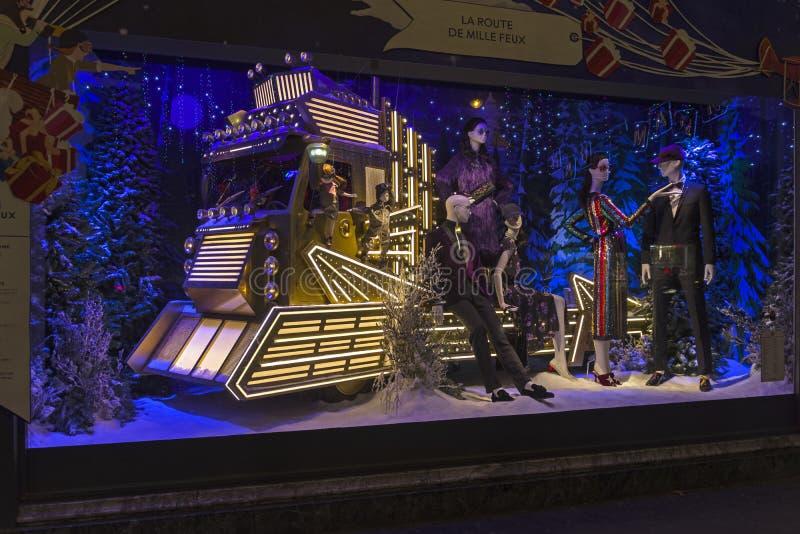 Weihnachtsdekorationen im Shopfenster von einem Pariser Printemps lizenzfreie stockfotos
