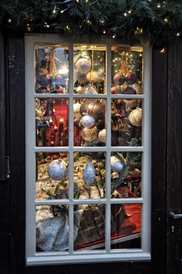 Weihnachtsdekorationen im Verkauf gestaltet im Fenster am Markt in Köln stockfoto