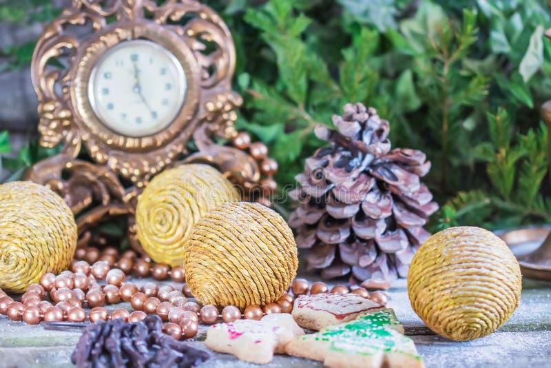 Weihnachtsdekorationen mit Bällen, Tannenzweige, Kegel auf einem alten hölzernen Hintergrund lizenzfreies stockbild