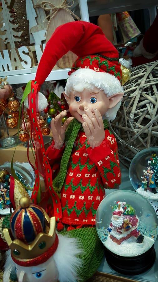 Weihnachtsdekorationen mit einer Weihnachtselfe in einer Anzeige lizenzfreies stockbild