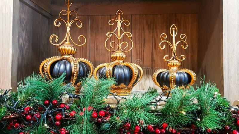 Weihnachtsdekorationen mit Kiefernkranz lizenzfreie stockbilder