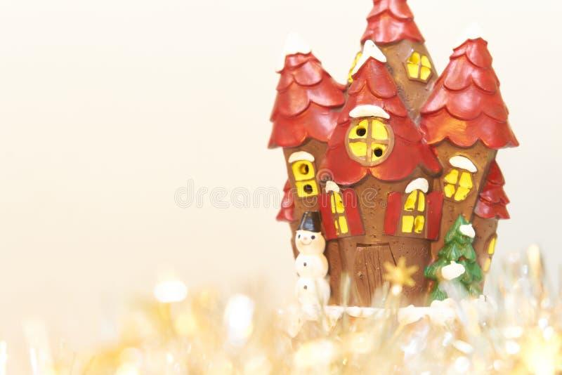 Weihnachtsdekorationen mit Schloss und Schneemann auf weißem Hintergrund stockbilder