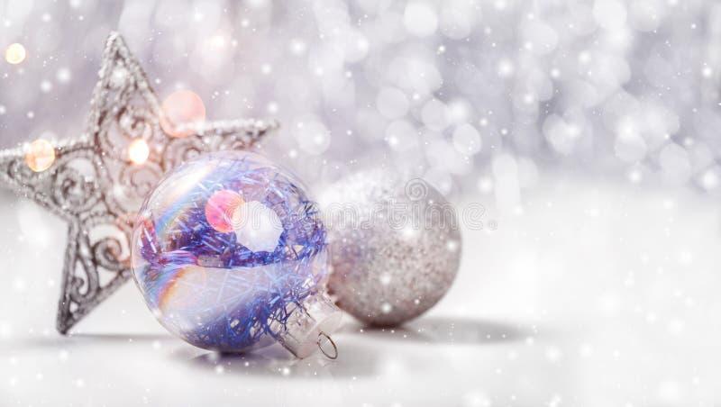 Weihnachtsdekorationen mit Tannenbaumast auf hölzernem Hintergrund mit Schnee, verwischt, funkend, Glühen und Text frohe Weihnach lizenzfreies stockbild