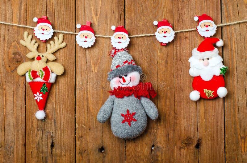 Weihnachtsdekorationen: Ren, Santa Claus und Schneemann auf stockfoto