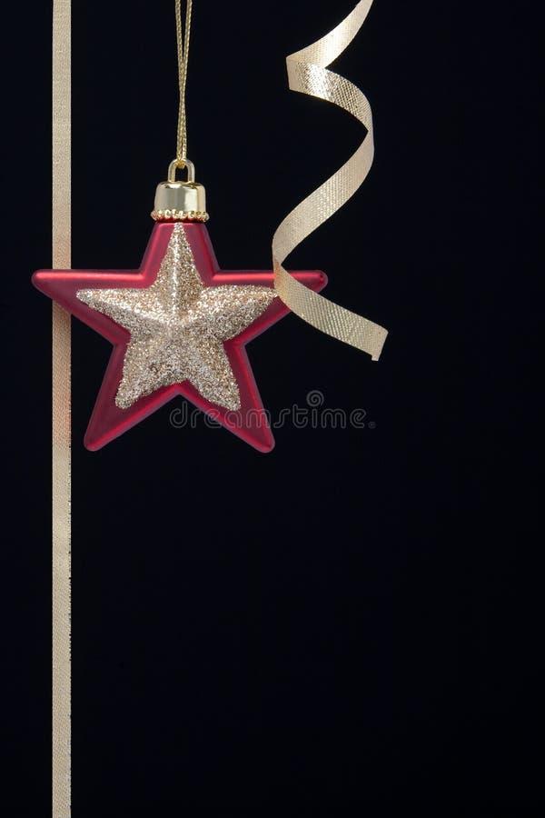 Weihnachtsdekorationen rot mit Goldmattenstern und g stockbild