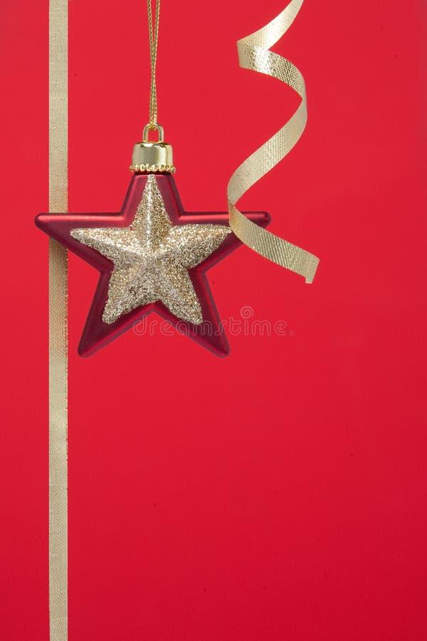 Weihnachtsdekorationen rot mit Goldstern lizenzfreies stockbild