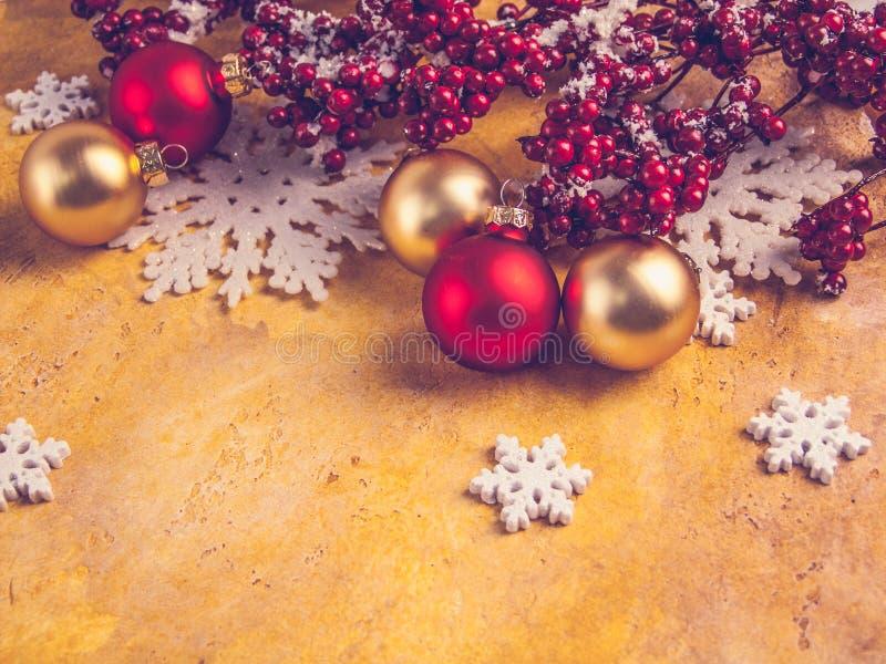 Weihnachtsdekorationen, Tannenzweige, Schneeflocken, Bälle stockfoto