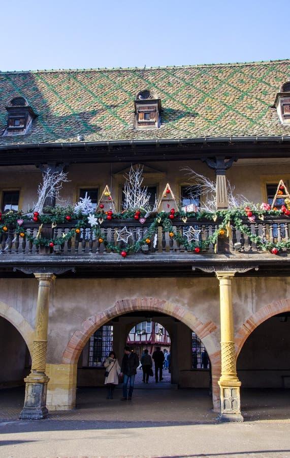 Weihnachtsdekorationen am townhall in Elsass stockfoto
