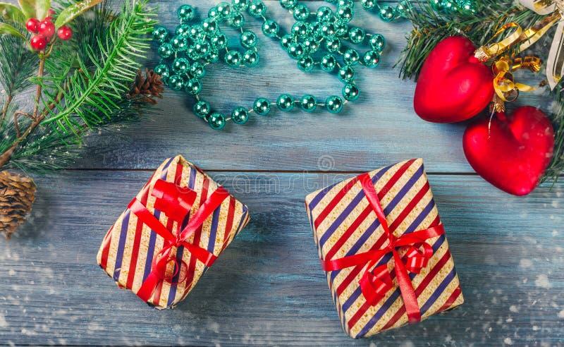 Weihnachtsdekorationen und -geschenke stockfoto