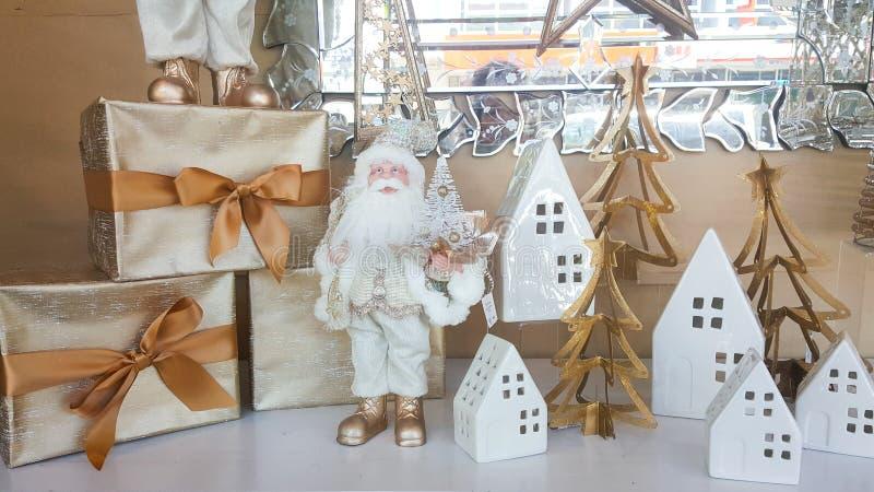 Weihnachtsdekorationen und -geschenke im Gold und im weißen Thema lizenzfreie stockfotografie