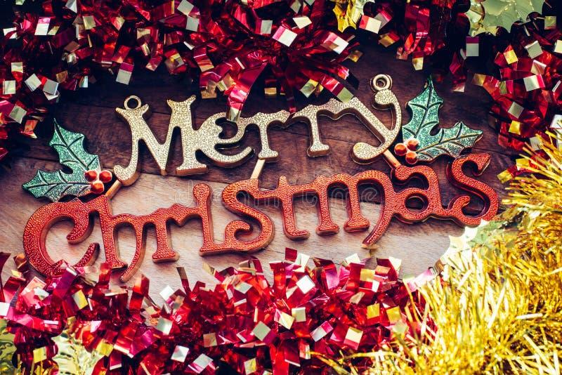 Weihnachtsdekorationen und Grüße 'der frohen Weihnachten 'auf einem hölzernen Hintergrund stockfoto