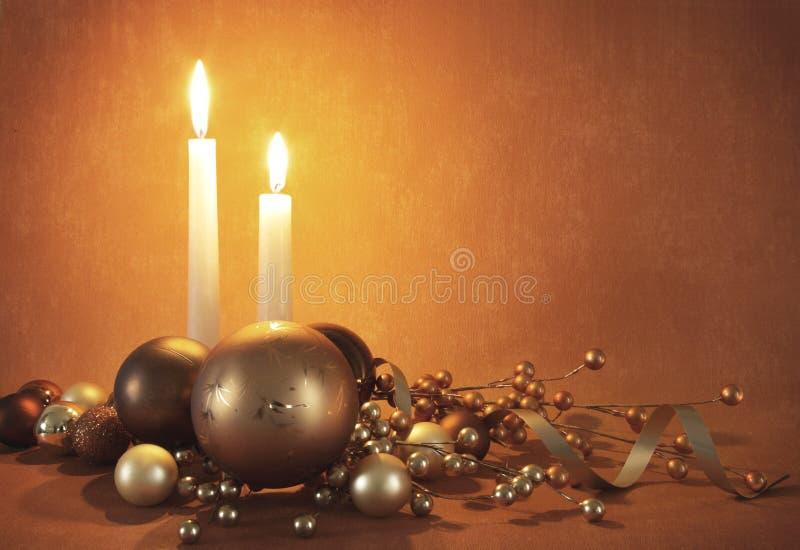 Weihnachtsdekorationen und -kerzen stockfoto