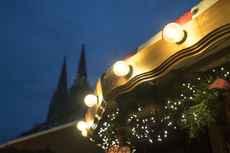 Weihnachtsdekorationen und -lichter in Regensburg mit Kathedrale an stockfotografie