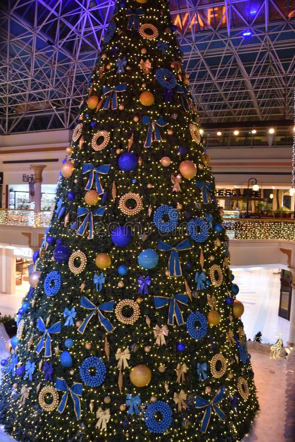 Weihnachtsdekorationen am Wafi-Mall in Dubai, UAE stockbild