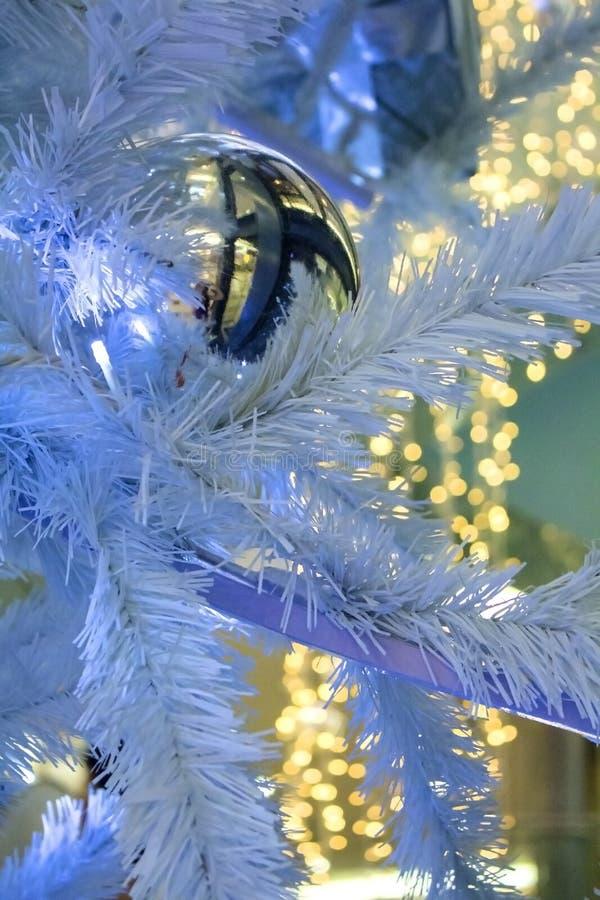 Weihnachtsdekorations-Girlandenball auf dem Weihnachten-Baum mit bokeh stockbild