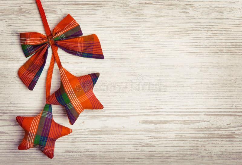 Weihnachtsdekorations-hölzerner Hintergrund, dekoratives Stern-Spielzeug stockfotos