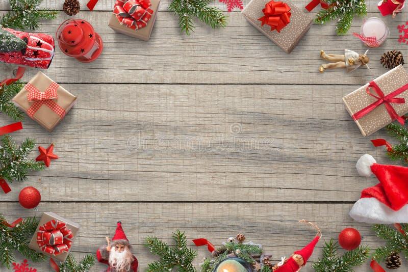 Weihnachtsdekorations-Hintergrund mit freiem Raum für Grußtext Weihnachtsbaum, Geschenke, Auto, Laterne; pinecones; Sankt ha stockfotografie