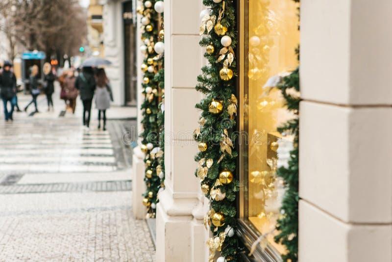 Weihnachtsdekorations-Shopfenster in Prag Ansicht von Lichtbogen d'Triumph lizenzfreie stockbilder