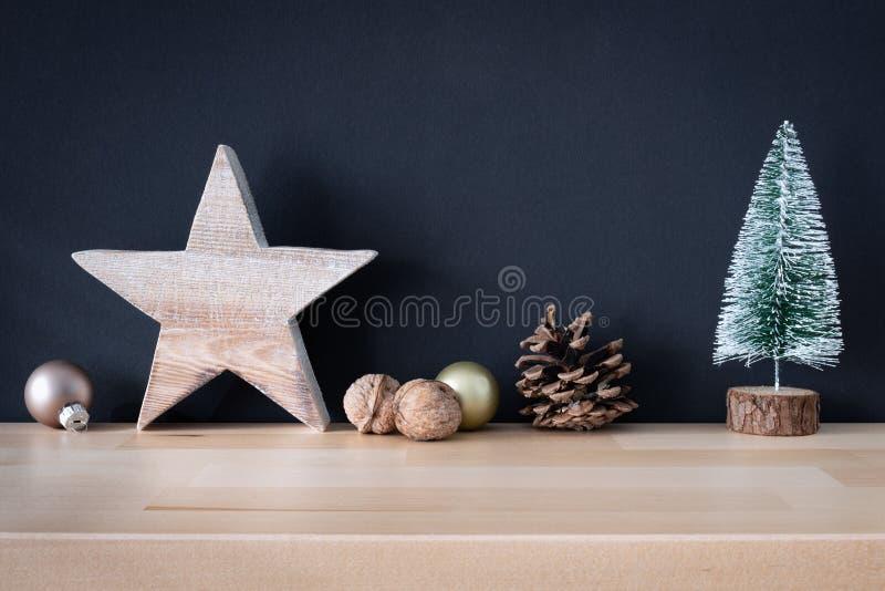 Weihnachtsdekorationsglaskugeln mit hölzernem Stern- und Tannenbaum stockfotografie