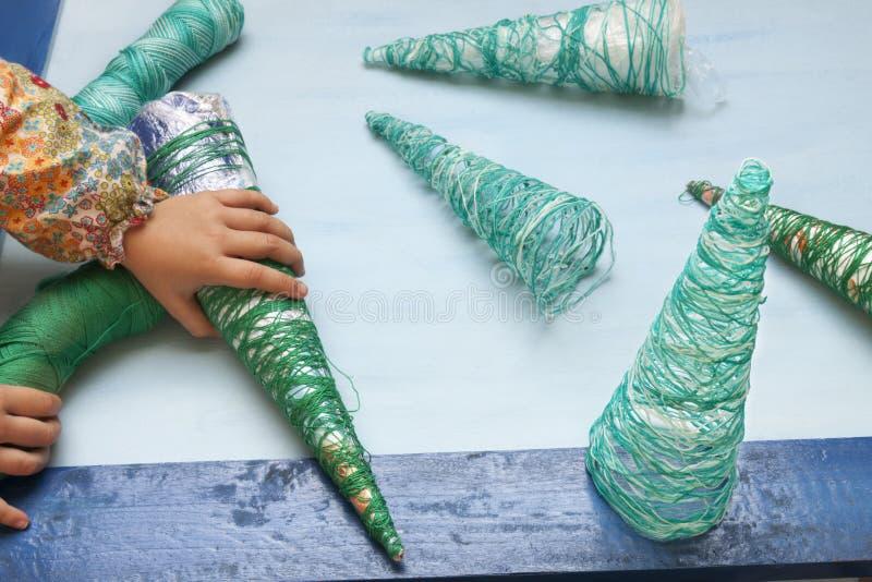 Weihnachtsdekorationshandwerk: Baum lizenzfreies stockbild