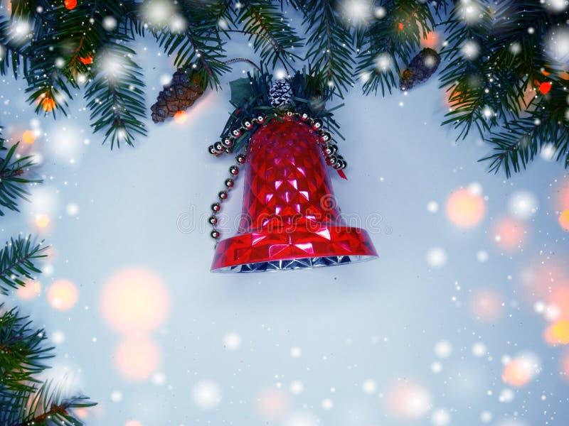 Weihnachtsdekorationszusammensetzung mit Tannenzweigen und Schnee lizenzfreie stockbilder