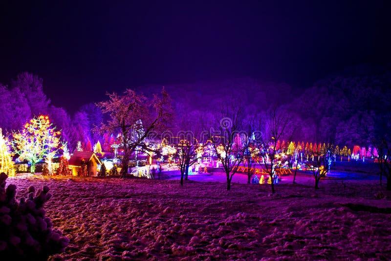 Weihnachtsdorf im forrest Tal stockfoto