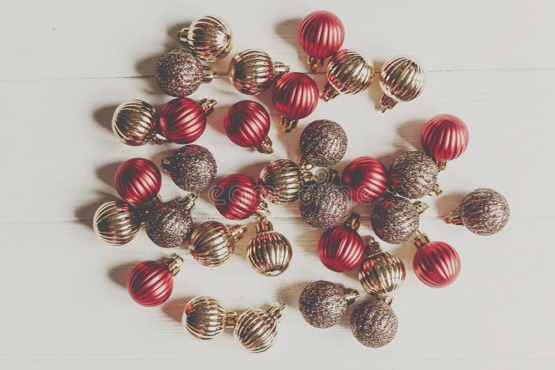 Weihnachtsebenenlage Rot und Goldweihnachtsverzierungen auf weißem wo stockfotos