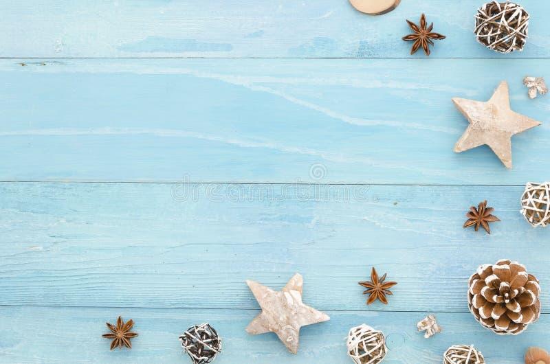 Weihnachtseckzarge mit Kopienraum für Grußkarte auf rustikalem blauem hölzernem Hintergrund, mit Kegeln, Sterne, Anis lizenzfreies stockfoto