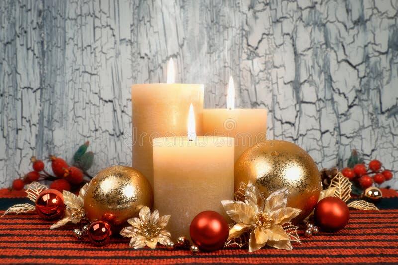 Weihnachtseinführungskerzen mit den goldenen und roten Dekorationen lizenzfreie stockfotos