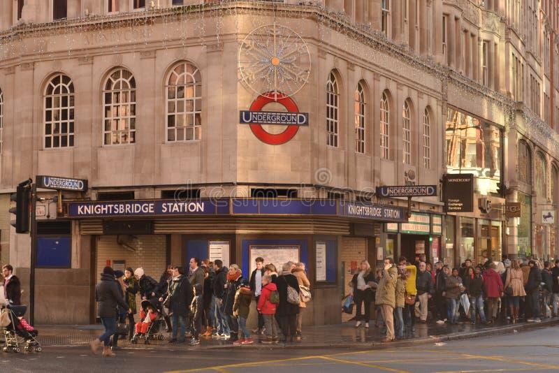 Weihnachtseinkäufer Knightsbridge-U-Bahnhof London stockfoto