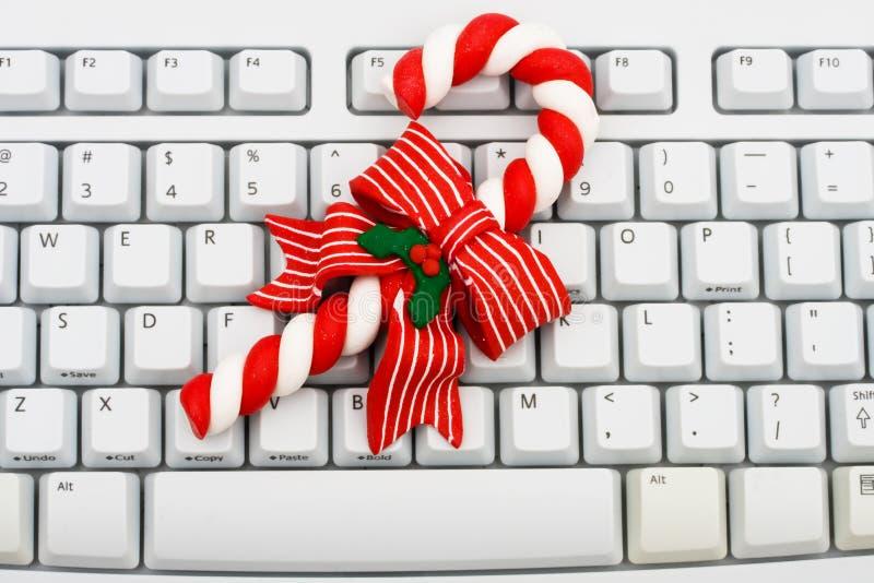 Weihnachtseinkaufen auf dem Internet lizenzfreie stockfotos