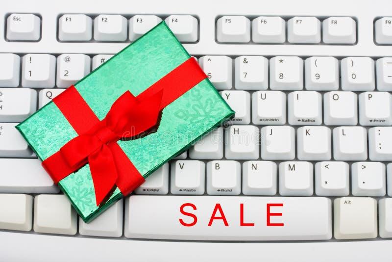 Weihnachtseinkaufen auf dem Internet lizenzfreies stockbild