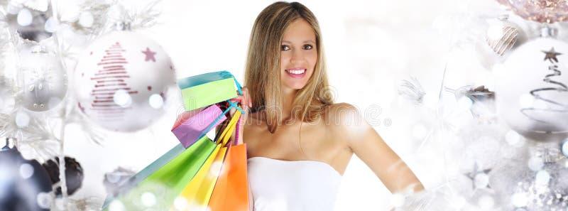 Weihnachtseinkaufen, lächelnde Frau mit Taschen auf Weihnachtsball tr lizenzfreie stockfotos