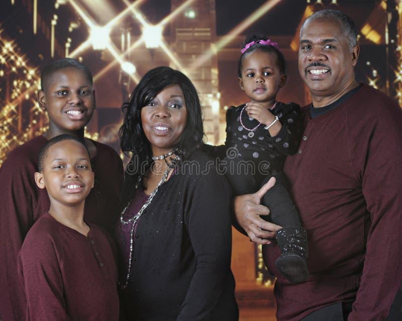 Weihnachtseinkaufsfamilie lizenzfreies stockbild