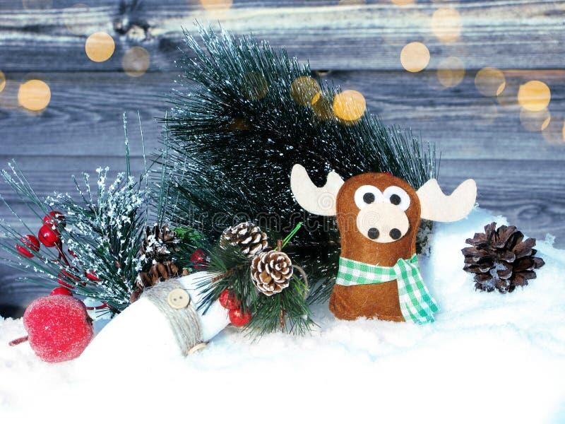 Weihnachtselchdekorationswinterbeeren und -schnee auf hölzernem lizenzfreie stockfotos