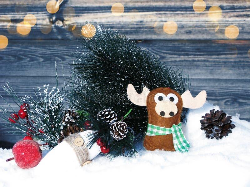 Weihnachtselchdekorationswinterbeeren und -schnee auf hölzernem backg lizenzfreies stockbild