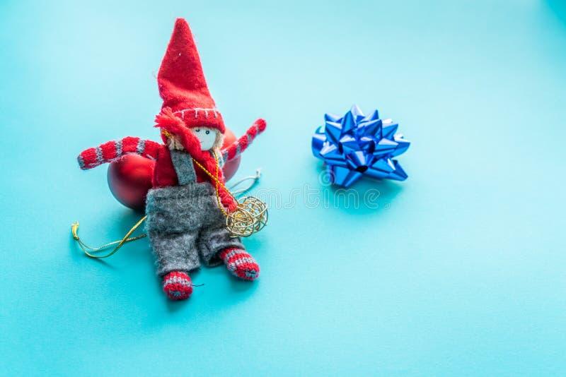 Weihnachtselfe auf einem blauen Hintergrund lizenzfreie stockbilder