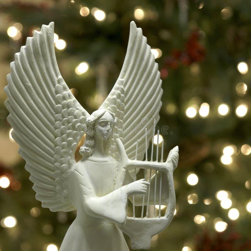Weihnachtsengel, der die Harfe spielt lizenzfreies stockbild