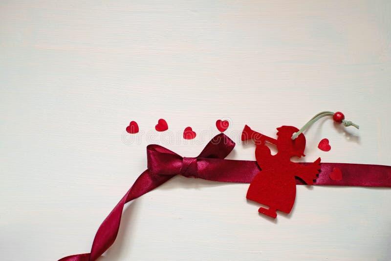 Weihnachtsengel ihr romantisches Lied mit rotem Herzen spielen lizenzfreie stockfotografie