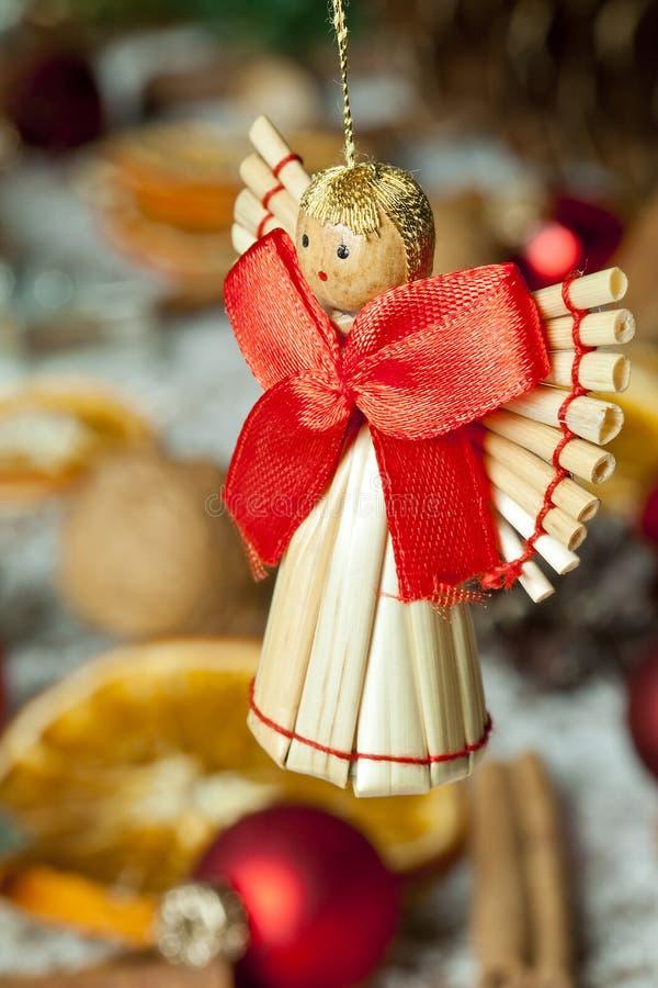 Weihnachtsengel mit rotem Bogen stockbilder